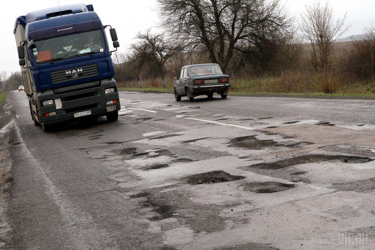 Состояние дорог в Укране оставляет желать лучшего / фото УНИАН
