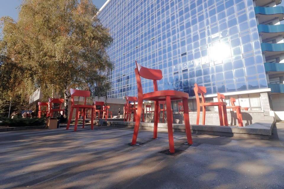 Инсталляция включает 17 высоких стальных стульев кораллового цвета
