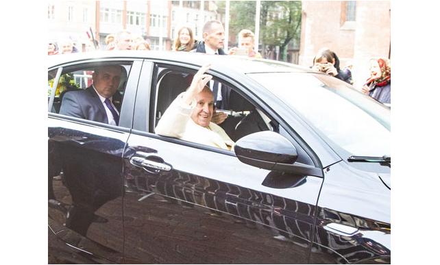 Автомобиль, который использовал в Литве Папа Римский, подарен монахиням / riga.lv