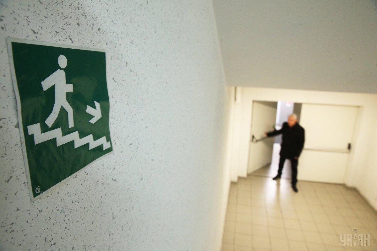 Поліцейські встановлюють особу зловмисника, який надав неправдиву інформацію / фото УНІАН