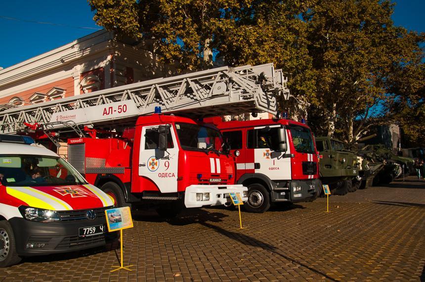 Серед них автомобілі рятувальних служб, БТРи ігармати \ uc.od.ua