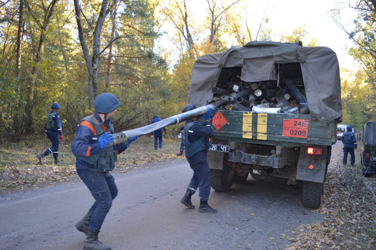 Населенные пункты вокруг арсенала в Ичне полностью очистили от снарядов / фото ГСЧС
