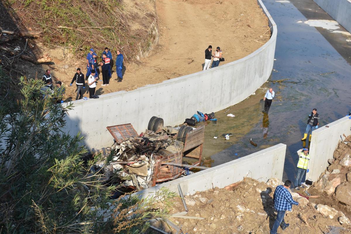Грузовик упал с шоссе в канал и перевернулся/ REUTERS