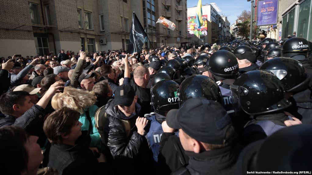 """В центре Киева """"потолкались"""" участники акции с полицией / фото radiosvoboda.org"""