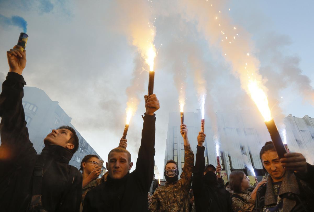 В Киеве участники Марша славы УПА зажгли файеры / иллюстрация REUTERS