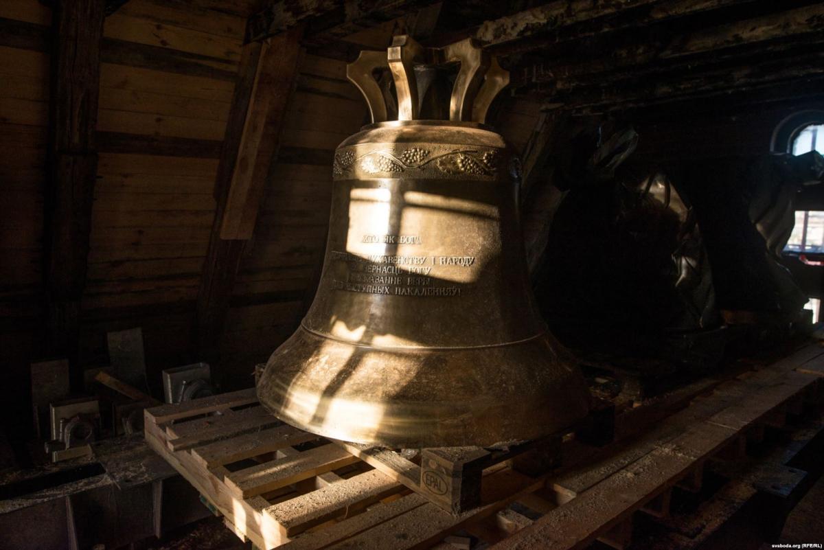 На башню Красного костела в Минске подняли колокола / svaboda.org