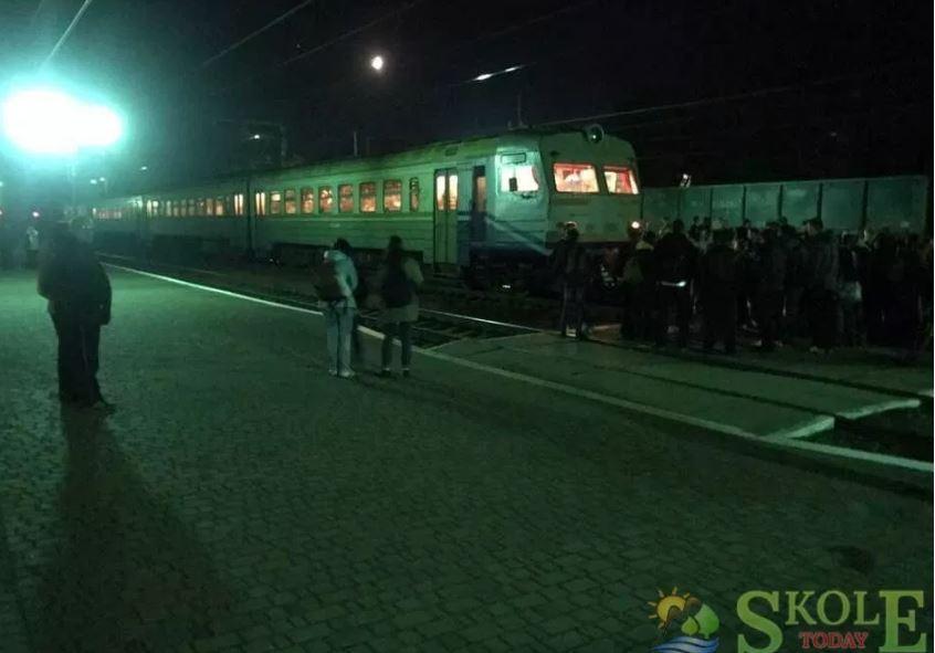 На Львовщине пассажиры в очередной раз перекрыли движение пригородному поезду, требуя дополнительных вагонов / Skole today
