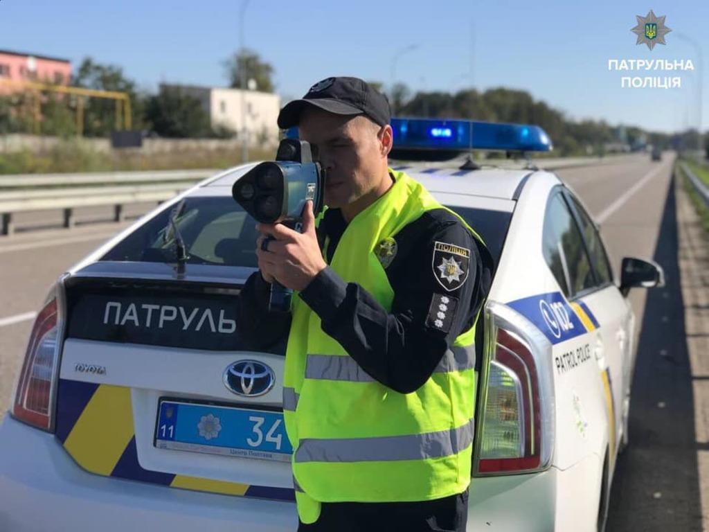 Полицейские начинаютштрафоватьза превышение скорости на дороге/ фото patrol.police.gov.ua