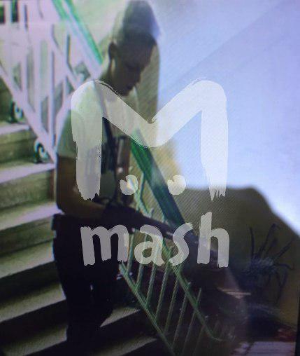 На фото - подозреваемыйс автоматом в руках / Mash