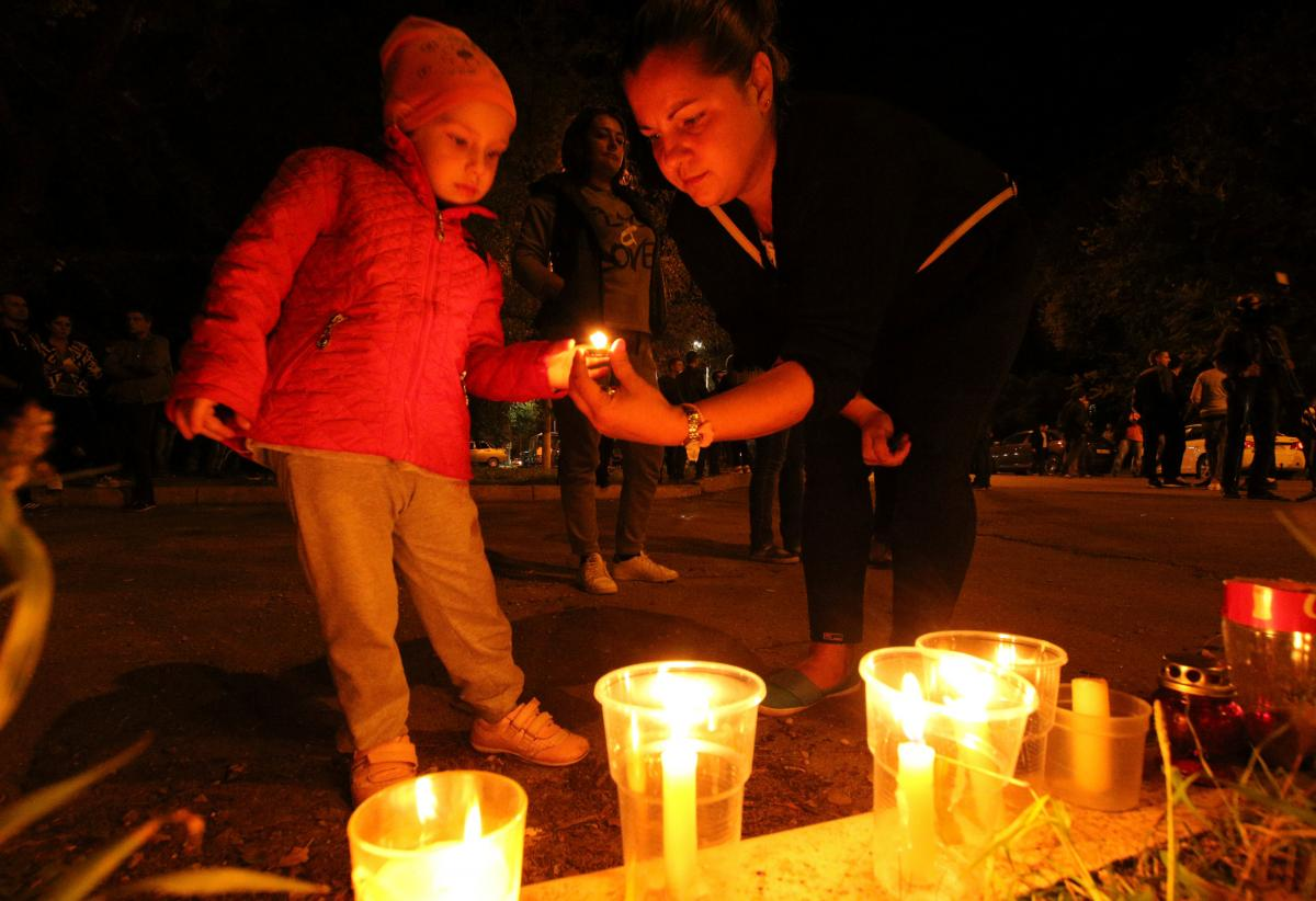 ВКерчи началась церемония прощания сжертвами стрельбы вколледже