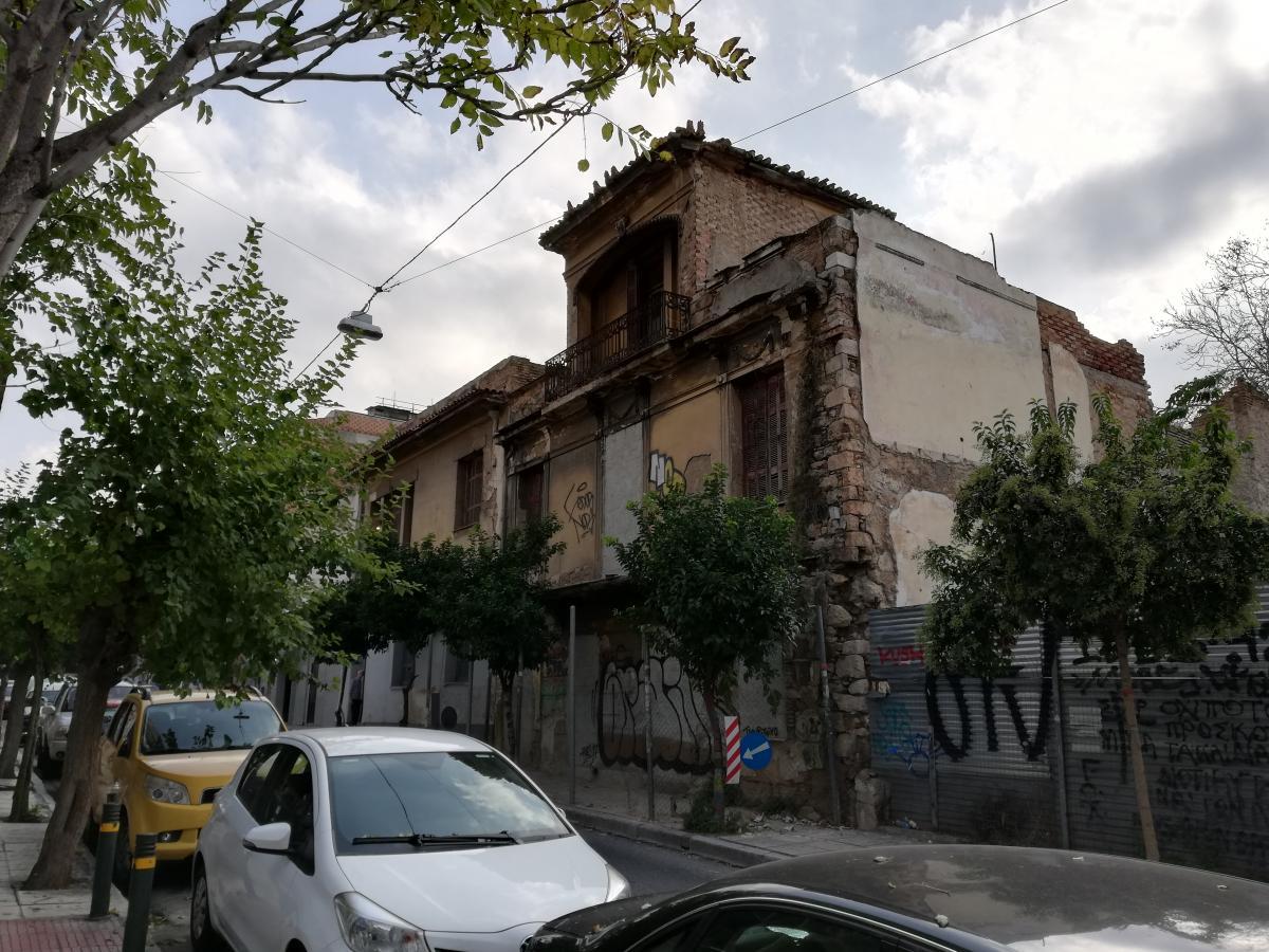 Даже в центре Афин много заброшенных зданий / Фото Марина Григоренко