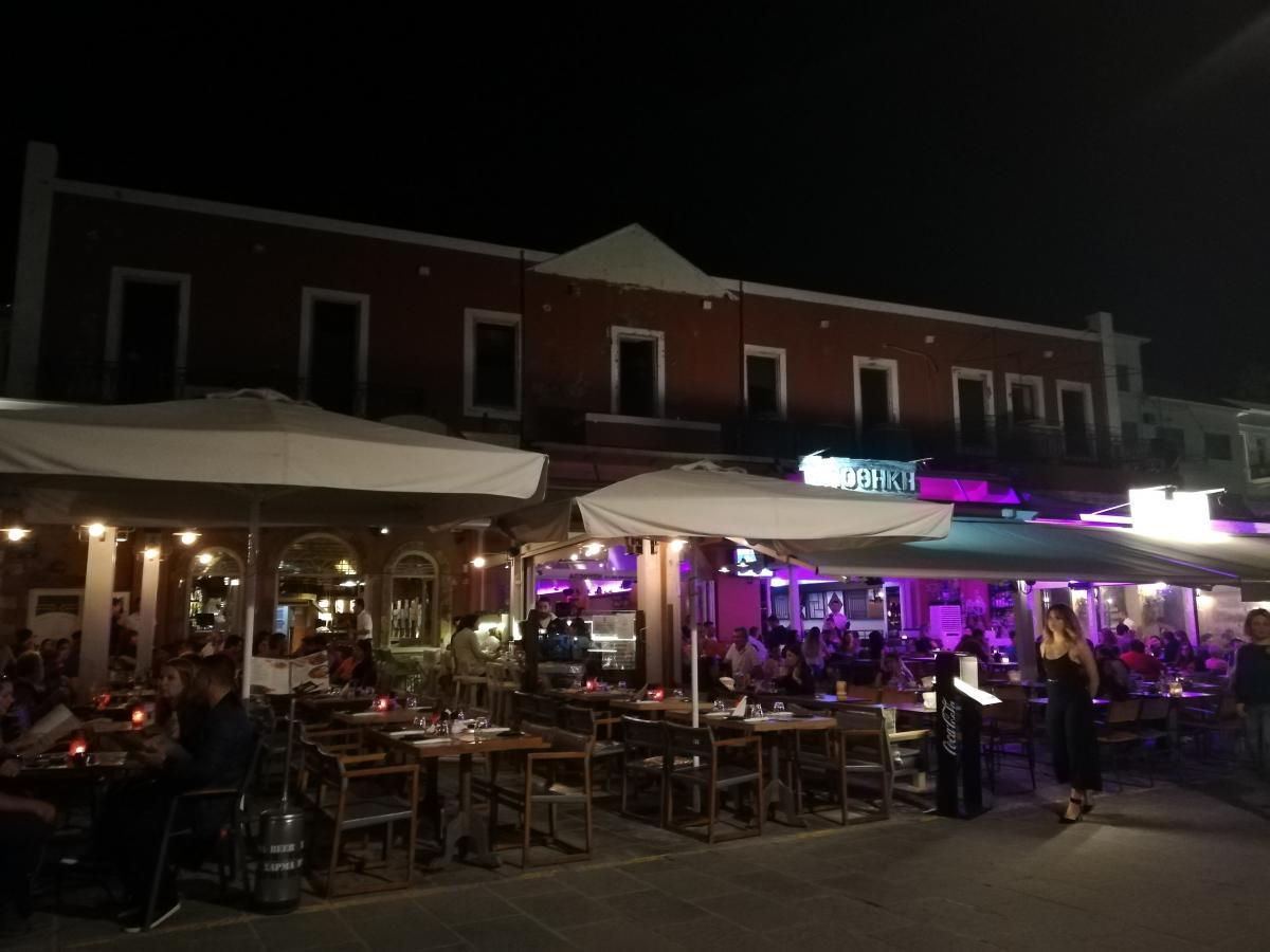Порой найти свободное место в греческих кафе просто нереально / Фото Марина Григоренко