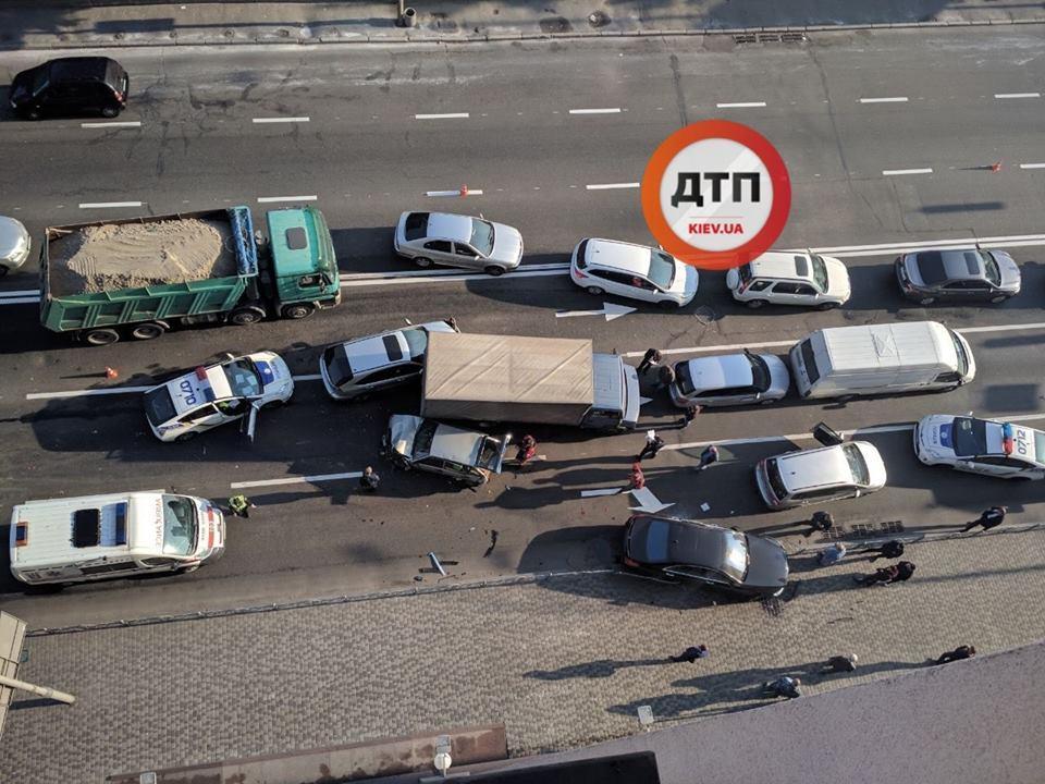 432760e543f4 В Киеве на Подоле произошло масштабное ДТП с пострадавшими (фото ...