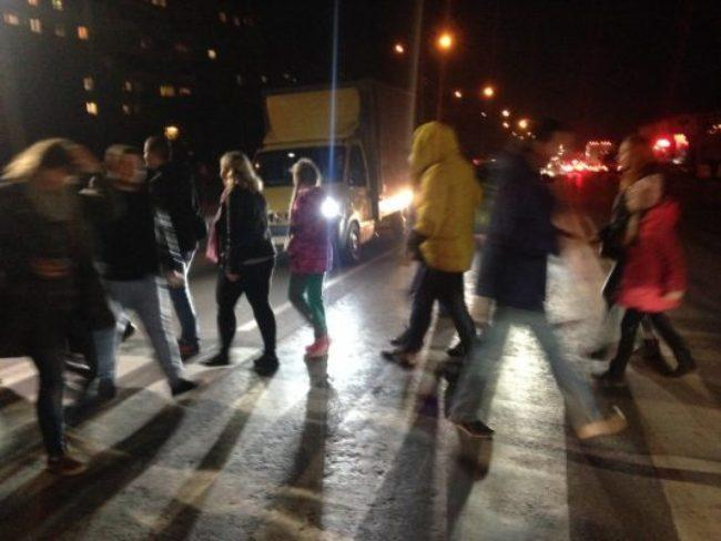 Люди перекривають дорогу, безперервно рухаючись пішохідним переходом. (Фото: Терміново)