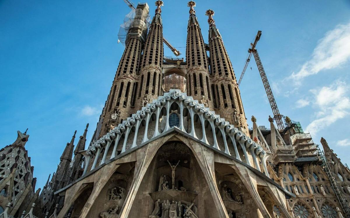 Строительство собора началось в 1882 году / barcelonahacks.com