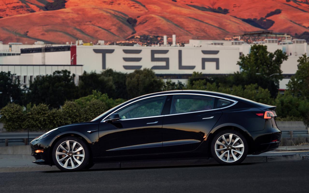Илон Маск продемонстрировал недорогую версию Tesla Model 3