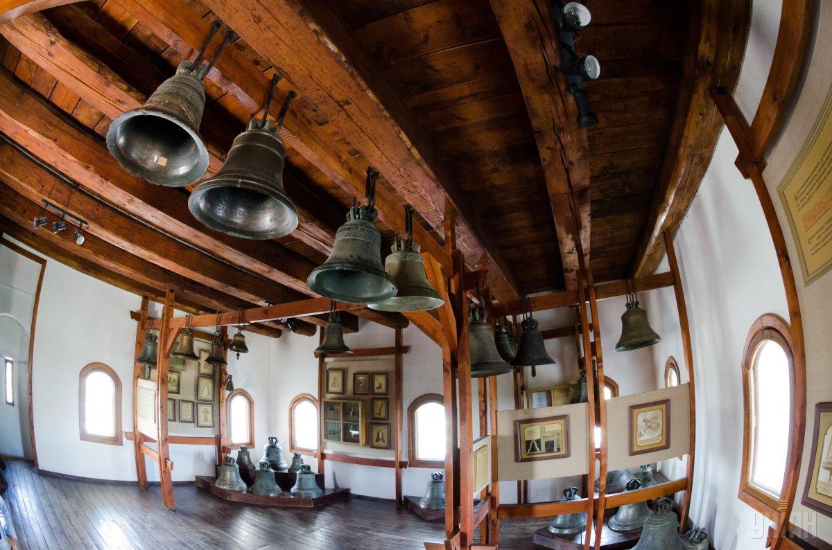 Колекція дзвонів в Луцькому замку / Фото УНІАН
