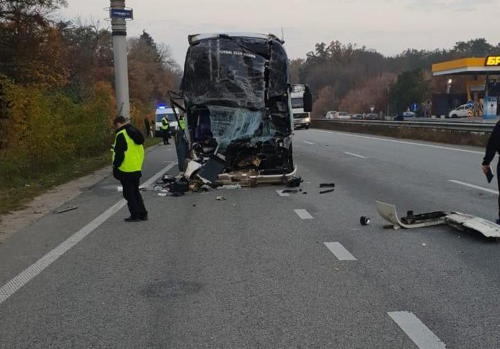 """Автобус с актерами """"Дизель Шоу"""" столкнулся с фургоном / фото kv.npu.gov.ua"""
