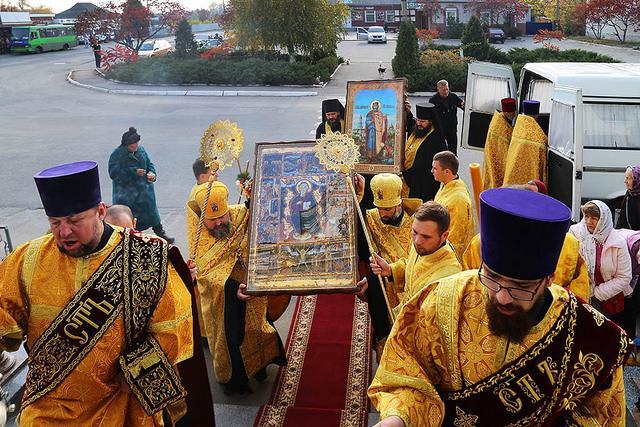 В Изюм прибыл Всеукраинский крестный ход с тремя святынями / izum.church.ua