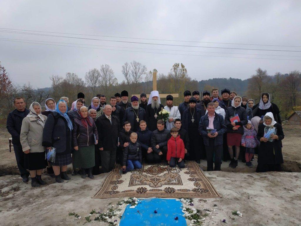 На Тернопільщині віряни УПЦ будують нову церкву замість захопленої