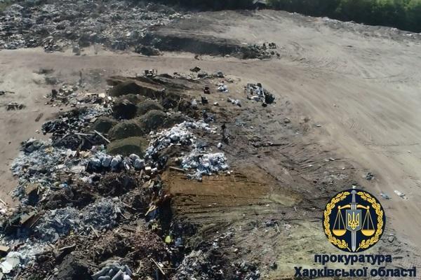 Мусором завалена часть земель на участке площадью 8 га на территории бывшего завода / фото: прокуратура
