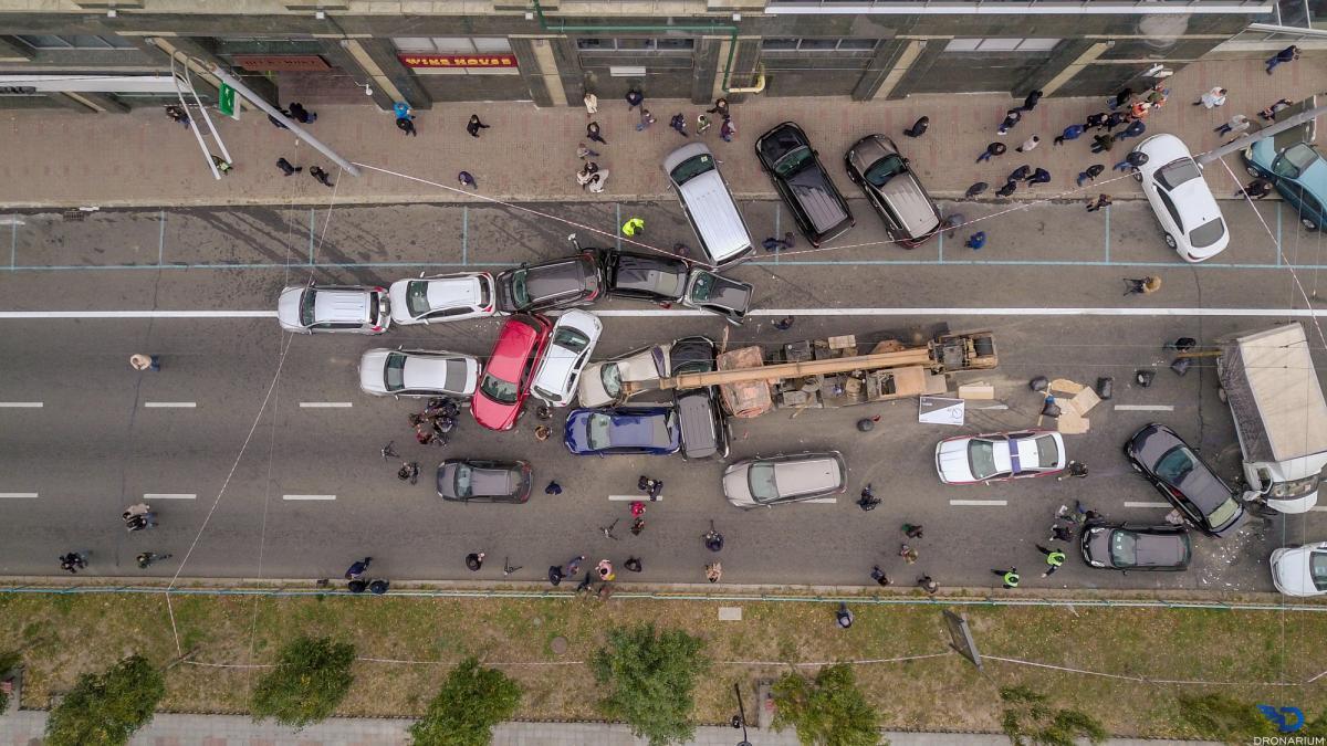 В центре столицы автокран пртаранил 17 авто / фото: Dronarium Украина