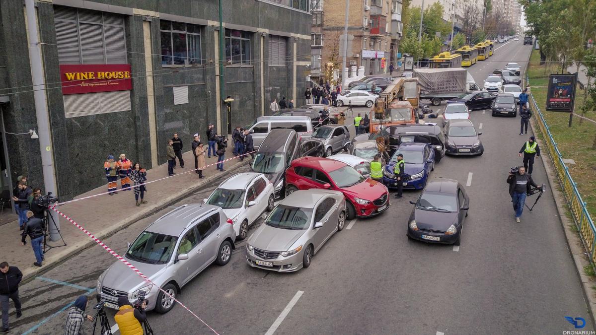 Пострадали 18 легковушек и автокран / фото Dronarium Украина