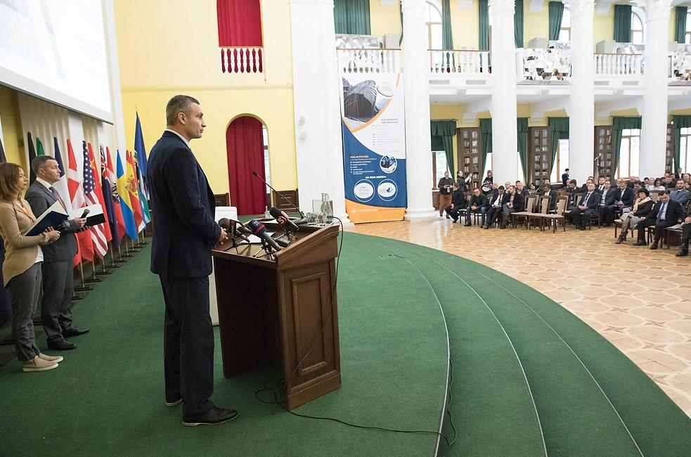 Основными задачами для столицы, по словам Кличко, в дальнейшем остается обновление и строительство современных дорог / пресс-сулжба Виталия Кличко