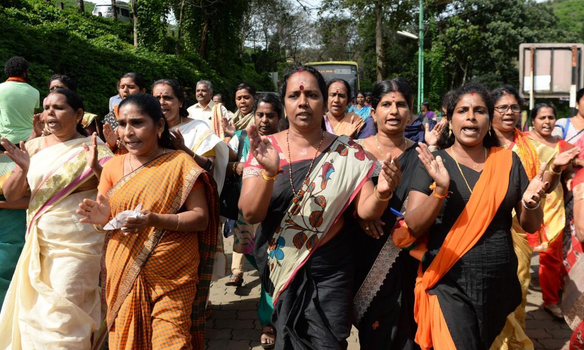 Парадоксально, але серед протестувальників проти допуску жінок до храму багато жінок / theguardian.com