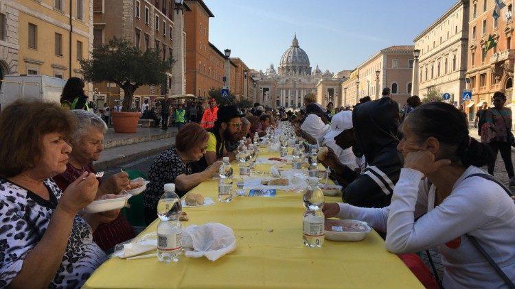 Вблизи Ватикана накрыли «стол солидарности» для мигрантов/ vaticannews.va