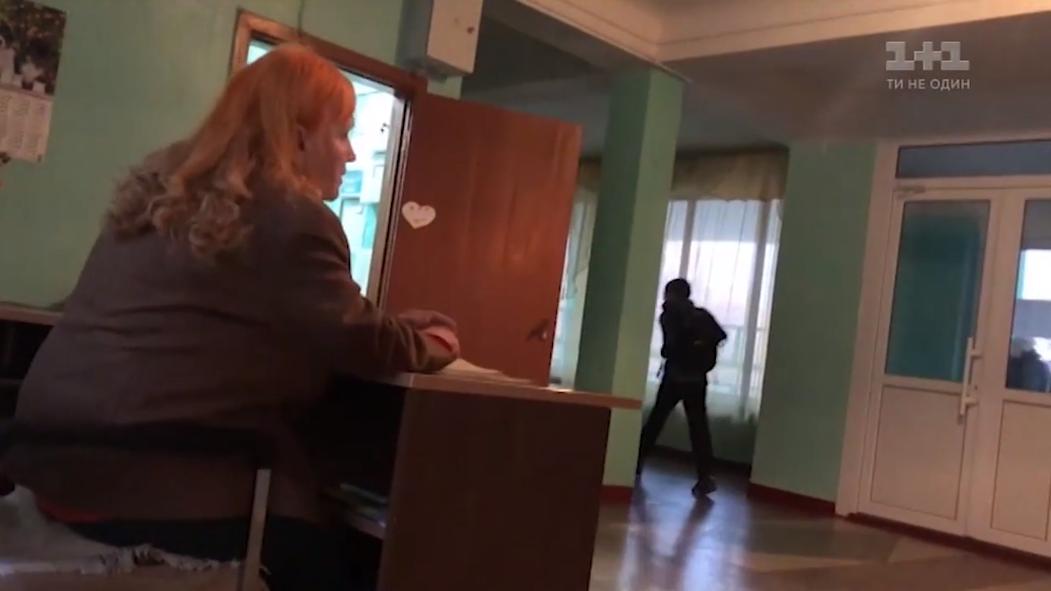 Журналисты выяснили, кто и как охраняет киевские школы / скриншот
