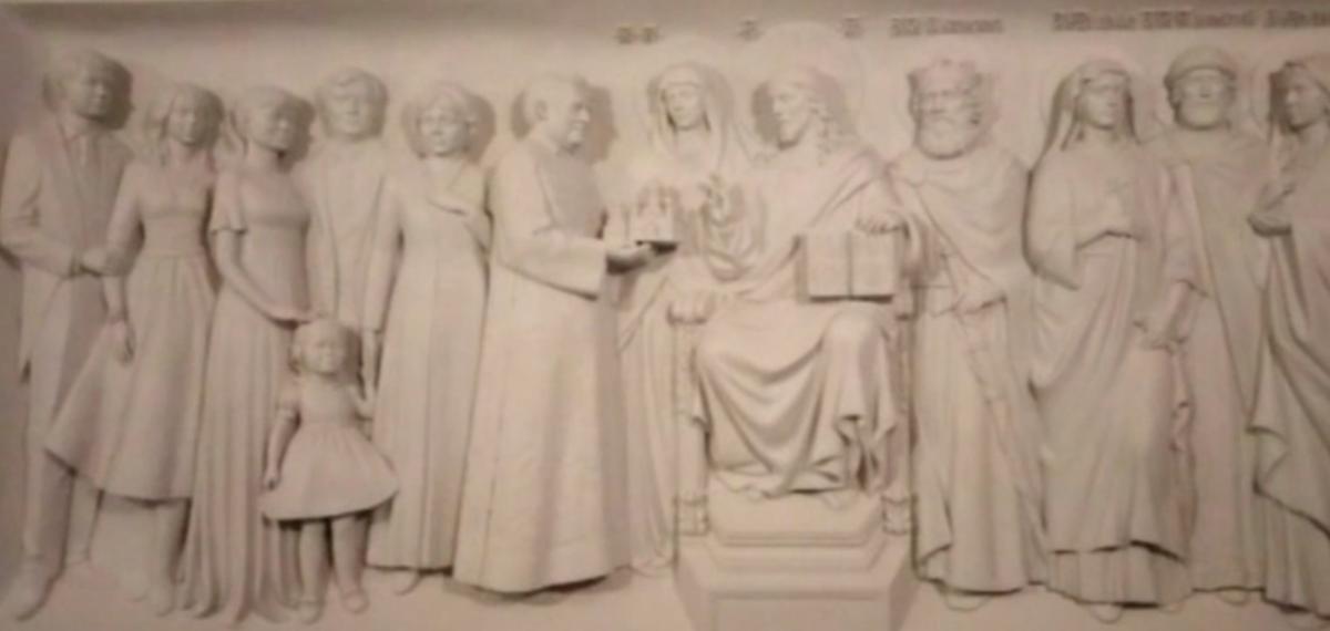 Горельєф, на якому меценат і його родина зображені поруч із Христом / 5-tv.ru