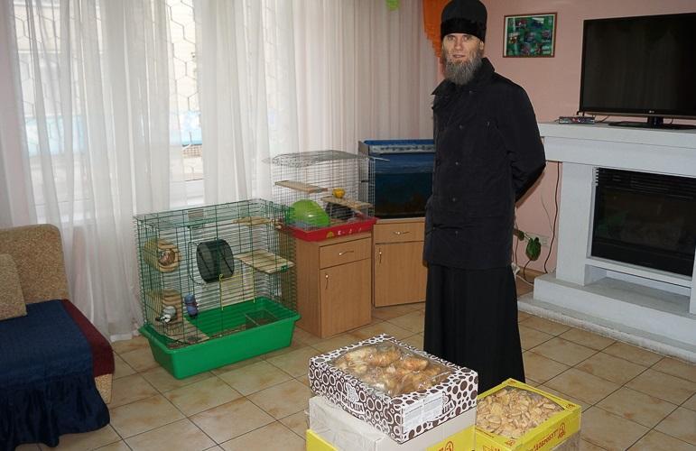 Иеромонах Лукиан привез воспитанникам реабилитационного центра сладости / lavra.ua