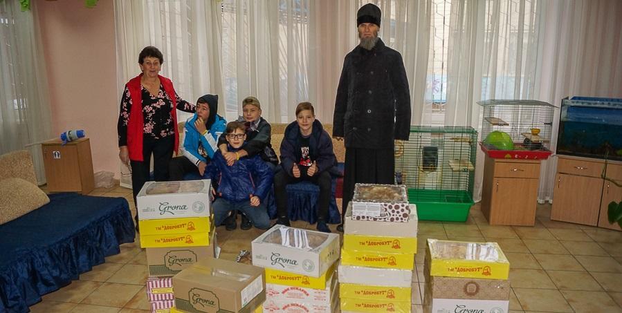 Братия Киево-Печерской лавры передали детям подарки / lavra.ua