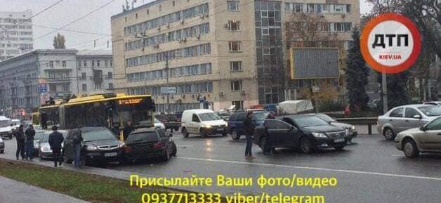 На проспекте Победы в Киеве произошло масштабное ДТП / фото dtp.kiev.ua