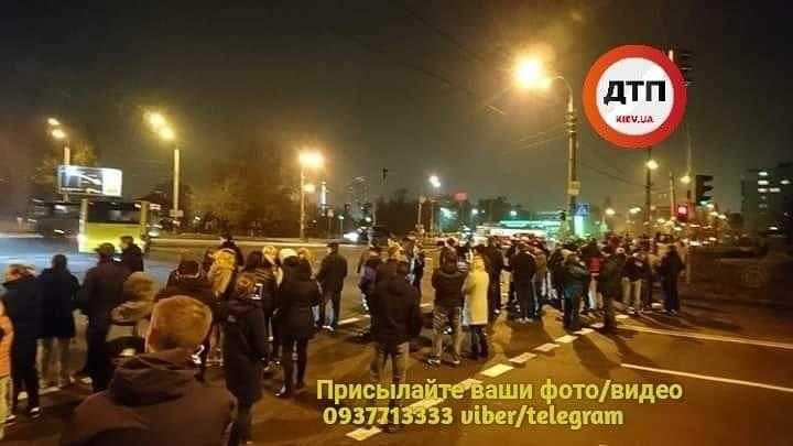УКиєві жителі багатоповерхівок повністю перекрили Харківське шосе