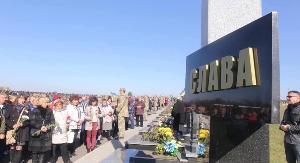 Її прикрашає напис «Слава Україні та Героям Слава». Читайте також У Києві  22 вересня оголошено Днем жалоби за загиблим на Донбасі киянином 432ad89764108