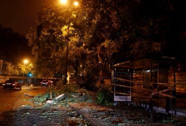 Ураган «Лесли» достиг берегов Португалии, украинцев предупредили об опасности (видео)