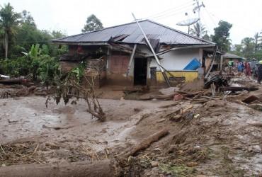 Новый удар стихии: в Индонезии в результате наводнения погибли 22 человека