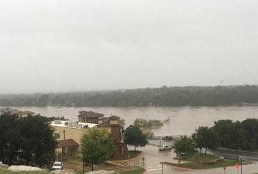 Техас пострадал от мощного наводнения (видео)