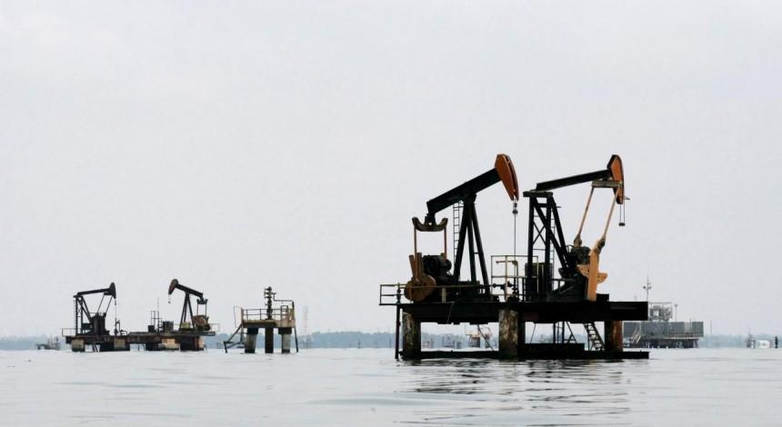 Reuters: Oil dips amid economic concerns after U.S. fuel stocks build