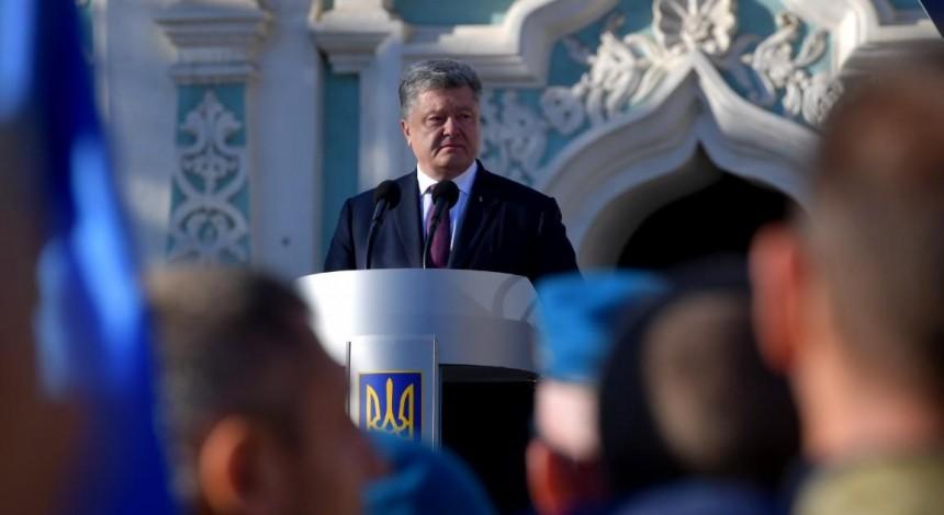На Софіївській площі Порошенко гарантував захист прав усіх віруючих і духовенства