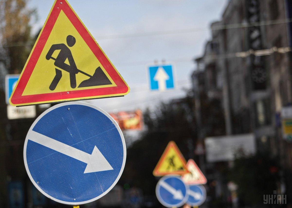 Близ ул. Василенко будут монтировать третью часть пешеходного моста / фото УНИАН