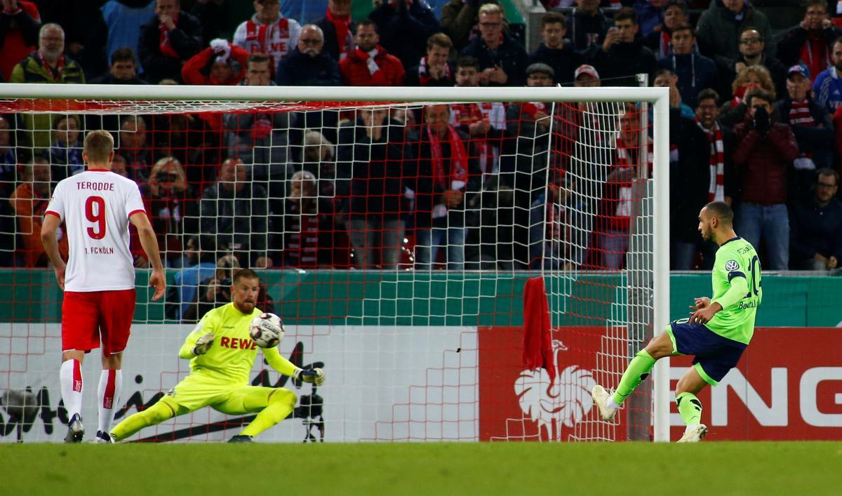 В футболе могут запретить добивание после 11-метрового удара / REUTERS