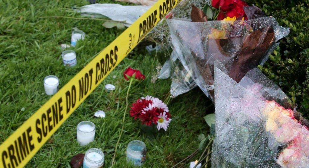 Цветы у синагоги в Питтсбурге / Reuters