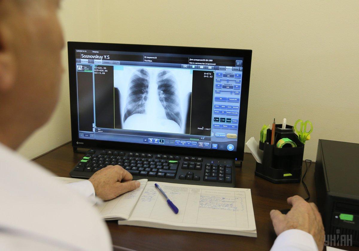 Специалисты советуют при появлении симптомов сразу обращаться к врачам / фото: УНИАН