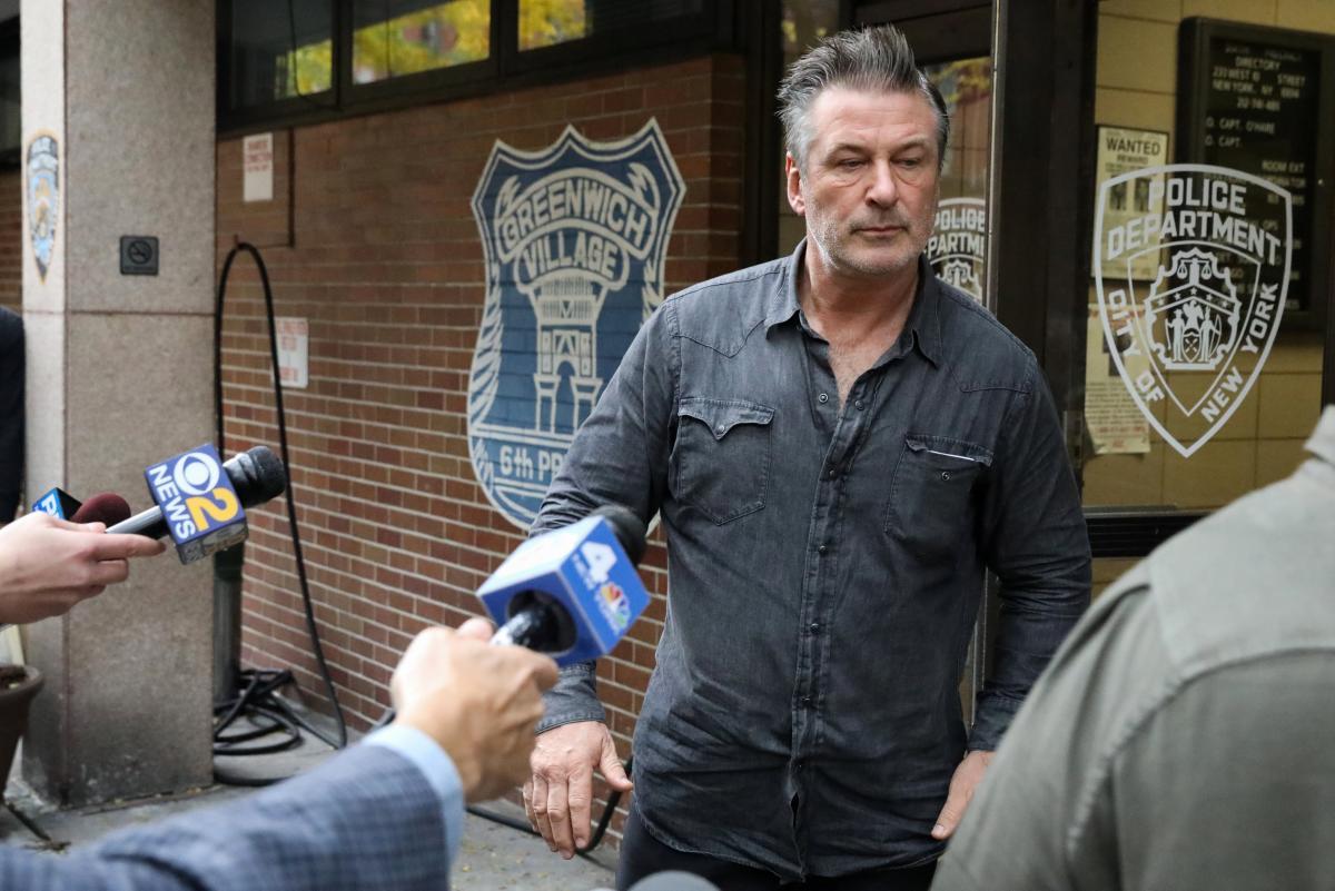 Алек Болдуїн виходить з поліцейської дільниці / REUTERS