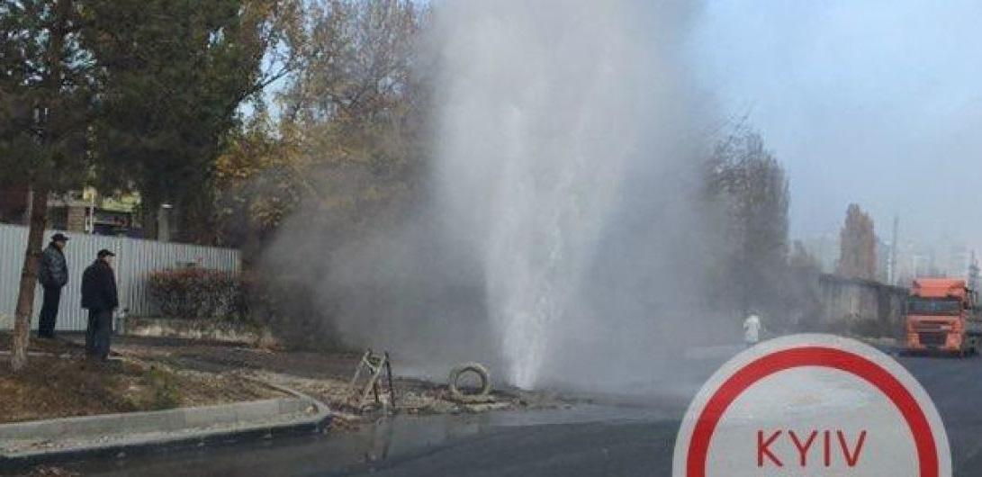 Посреди Киева забил гейзер горячей воды / фото ТСН.иа