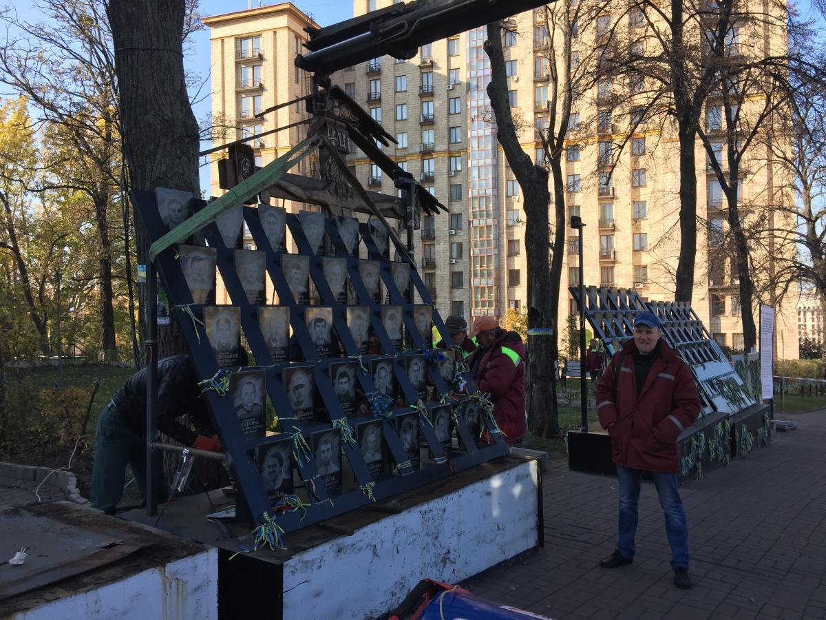 Коммунальщики демонтируют мемориал / фото УНИАН