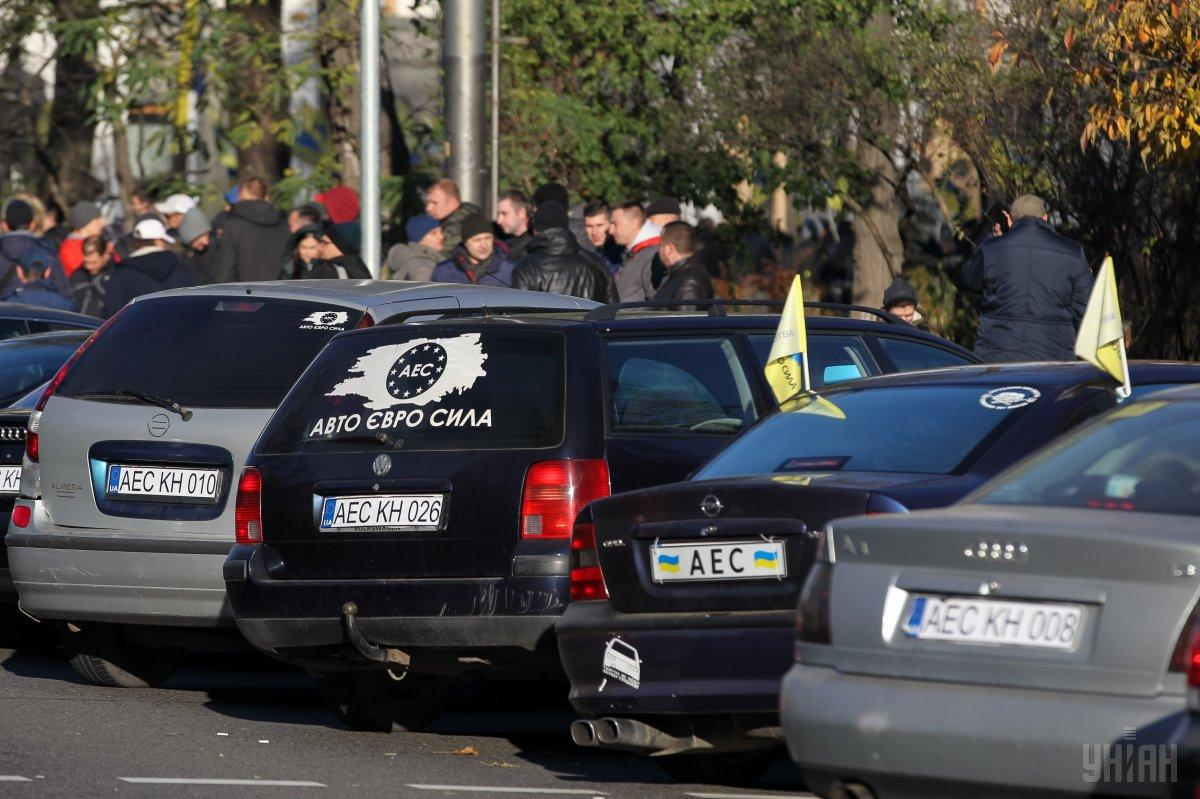 Владельцы авто на еврономерах продолжают перекрывать дороги в нескольких областях / фото УНИАН